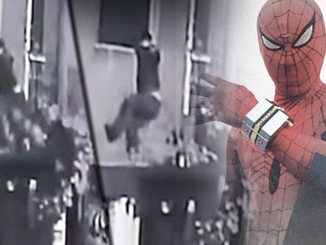 """Los Olivos: como el """"Hombre Araña"""" ladrón trepa poste para robar en vivienda"""