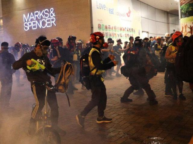 Hong Kong: manifestantes atacan centro comercial y estación del metro
