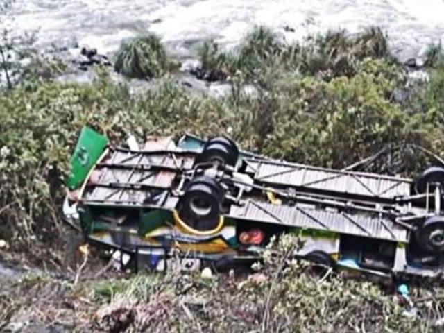 Puno: bus interprovincial cae a barranco y deja ocho muertos y más de 30 heridos