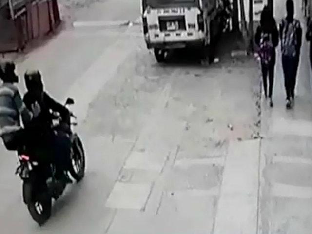 Los Olivos: delincuente en moto golpea a estudiantes para robarles