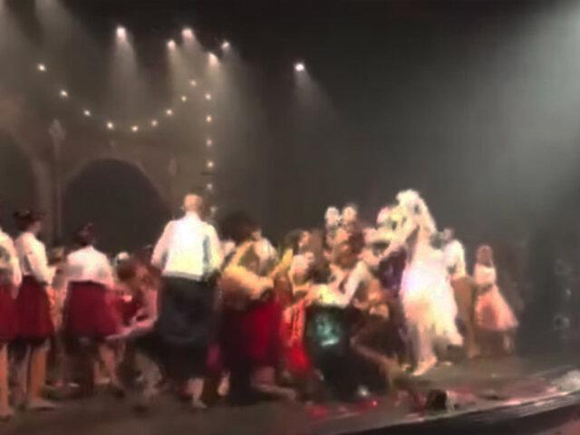 VIDEO: bailarines saltan tan fuerte que destrozan escenario de teatro