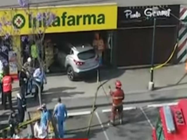 Surco: dos heridos dejó choque de camioneta que se empotró contra botica