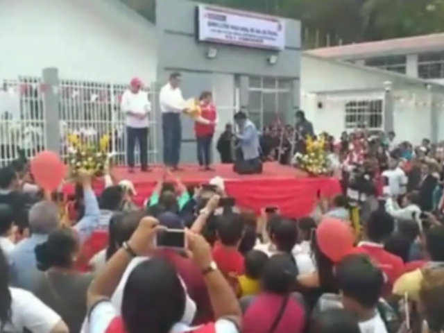 Alcalde se arrodilla ante presidente Martín Vizcarra: ¿cuál fue la razón?