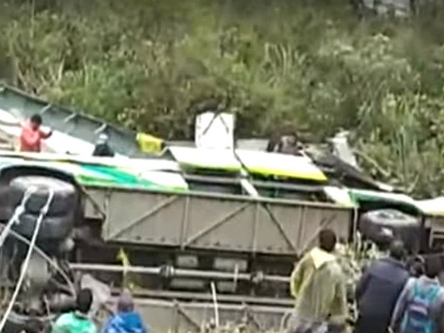 Puno: ocho muertos y al menos 37 heridos dejó el despiste de un bus