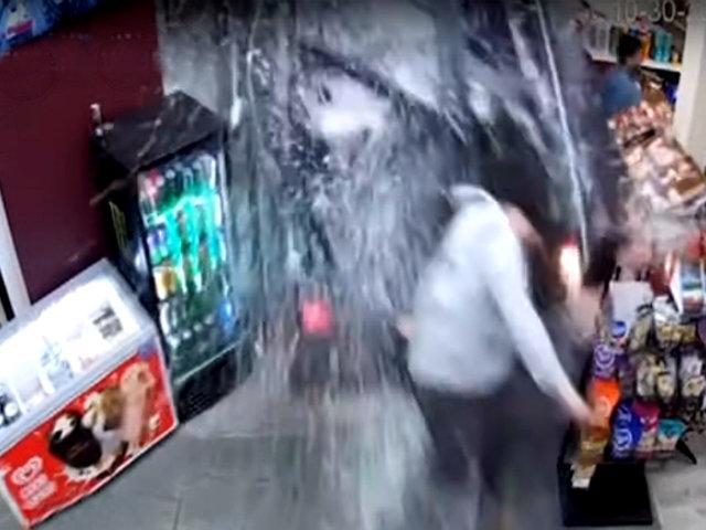 Inglaterra: camioneta fuera de control se estrella contra una tienda