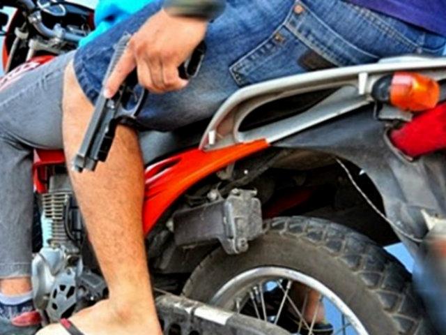 Miraflores: delincuentes en moto asaltan a pareja que salía de banco
