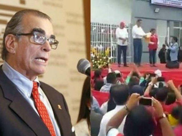 """Una vergüenza"": Pedro Olaechea arremetió contra alcalde que se arrodilló ante Vizcarra"