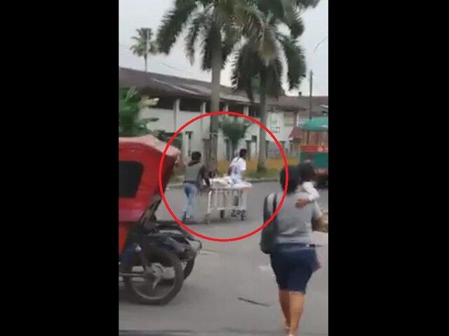 Iquitos: paciente es trasladado en camilla por la vía pública