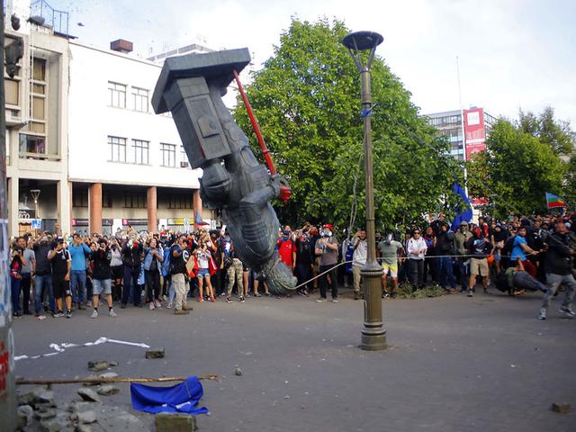 Chile: manifestantes derriban estatua de Pedro de Valdivia en nueva jornada de protestas
