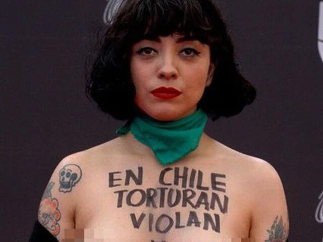 "Mon Laferte protesta en toppless en los Latin Grammy: ""En Chile torturan, matan y violan"""