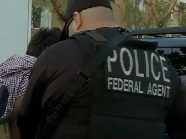 VIDEO | Policía es captado inmovilizando a adolescente sin extremidades