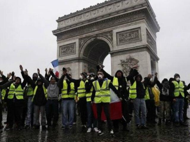Francia: los 'chalecos amarillos' salieron a las calles de París en su aniversario