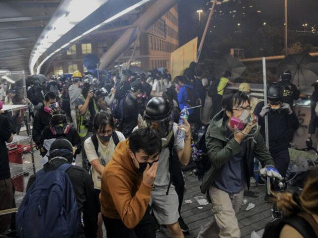 """Hong Kong: universitarios escapan de la Policía tras amenaza de usar """"balas reales"""""""