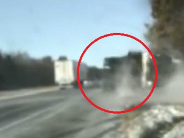 EEUU:  una mujer y dos policías salvaron de morir al ser impactados por camión