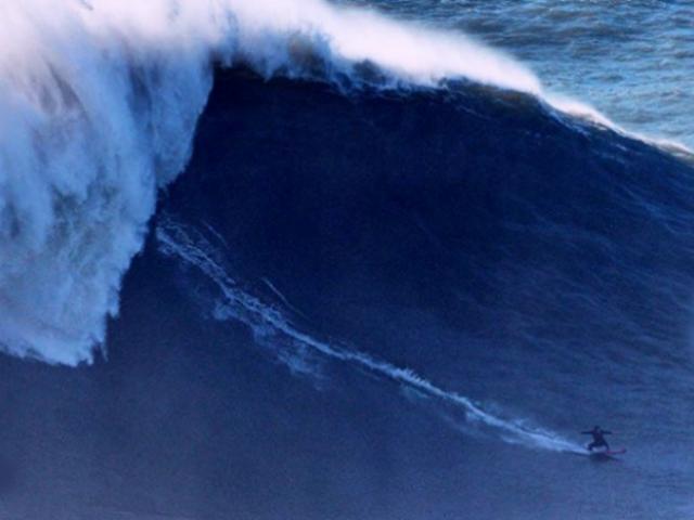 Francesa habría surfeado la ola más grande de la historia