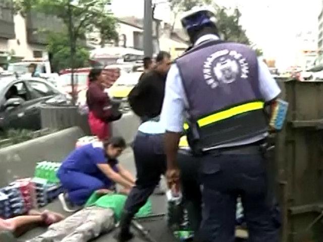 Avenida Abancay: choque entre bus y motocarga deja dos heridos