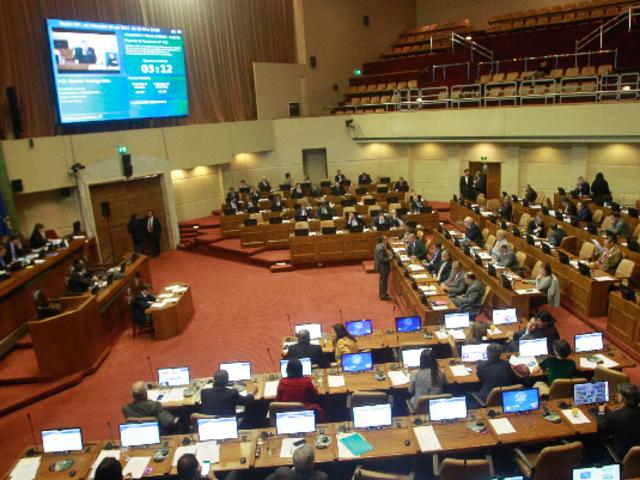 Chile: aprueban proyecto que reduce sueldo de los congresistas a la mitad