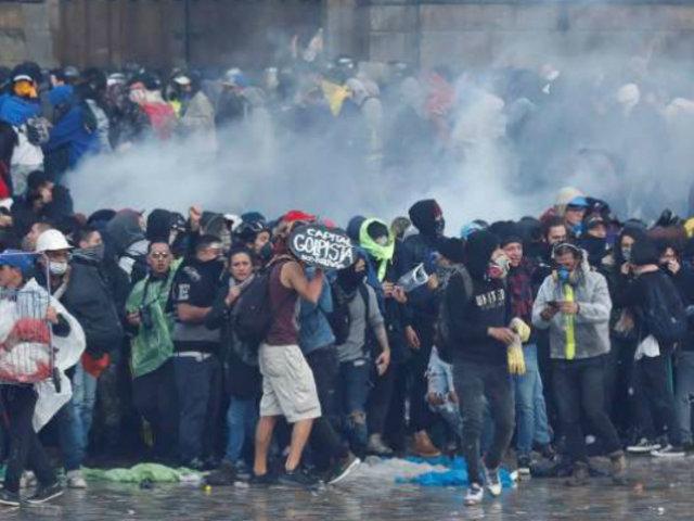 Bogotá: reprimen con gases lacrimógenos a manifestantes pacíficos en Plaza Bolívar
