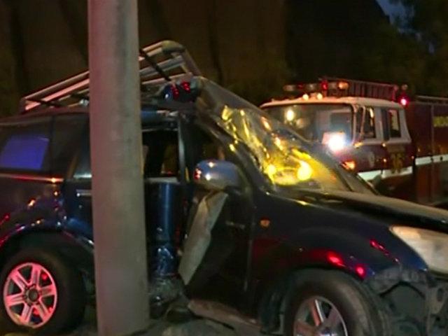 Magdalena: conductor choca aparatosamente su vehículo contra poste de luz