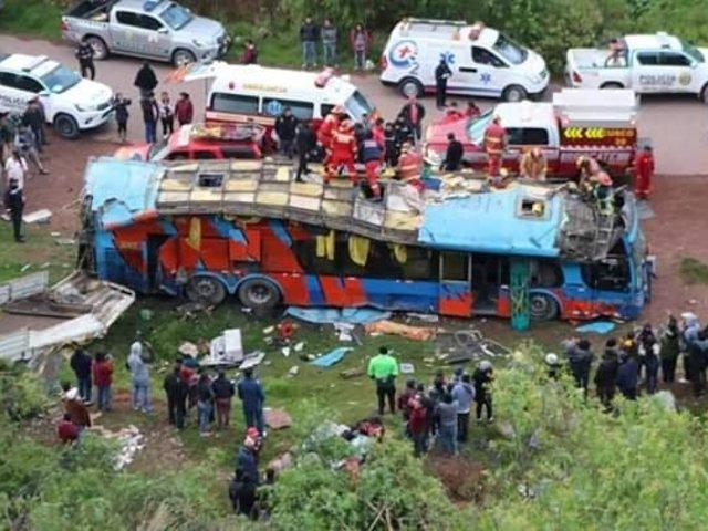 Tragedia en Cusco: 6 escolares y un adulto mueren tras caída de bus a un barranco