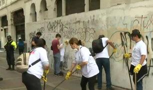Centro de Lima: barren calles y limpian paredes sucias y con 'graffitis'