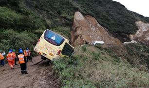 Piura: pasajeros se salvan de milagro luego que bus quedara al borde del abismo