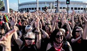 """""""El violador eres tú"""": miles de mujeres se congregan en Estadio Nacional de Chile"""