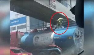 Trabajador municipal casi choca con puente por ir parado en cisterna