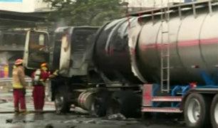 SMP: camión cisterna con combustible se incendia en plena Panamericana Norte
