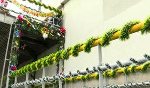 Puente Andahuaylas: ciudadanos venezolanos limpian y decoran con adornos de Navidad