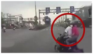 Motociclista fue embestido por distraerse con su celular