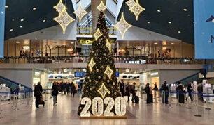 Navidad: aeropuerto adorna su árbol con artículos confiscados