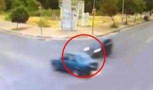 Rusia: auto quedó partido en dos tras estrellarse con camioneta