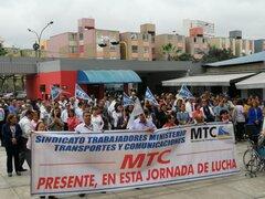 Trabajadores del MTC toman local para exigir mejoras salariales