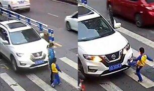Niño patea auto luego de que atropellara a su madre
