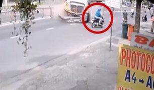 Vietnam: motociclistas salvan de morir tras explosión de llanta de tráiler