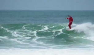 Papá Noel surfista causó asombro en playa de Brasil