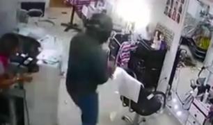 Breña: cámaras captan asalto a mano armada en peluquería