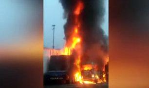 Puente Piedra: pesado vehículo ardió en llamas al interior de cochera