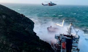 Italia: fuerte temporal provocó choque de buque contra acantilado