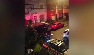 Jesús María: auto mal estacionado impide que bomberos atiendan emergencia