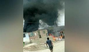 Carabayllo: incendio consumió almacén de maderas y cartones
