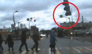 Rusia: anciana casi muere aplastada por semáforo