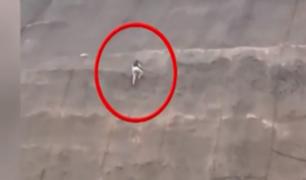 Buscan identificar a sujeto que trepó geomallas en acantilado de San Miguel