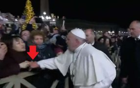 Papa Francisco le tiró un manotazo a mujer que lo jaló bruscamente