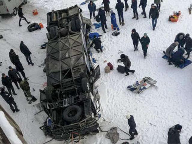 Rusia: 19 muertos dejó caída de ómnibus a un río congelado
