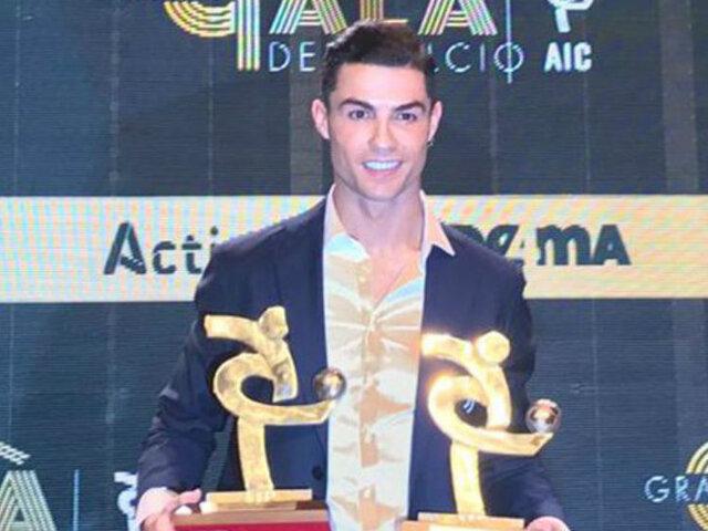 Cristiano Ronaldo recibe el premio de mejor jugador de la liga italiana