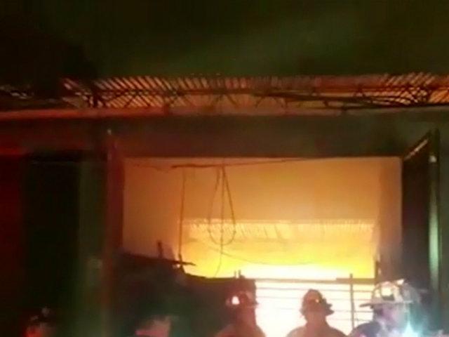 VES: voraz incendio redujo a cenizas almacén de muebles