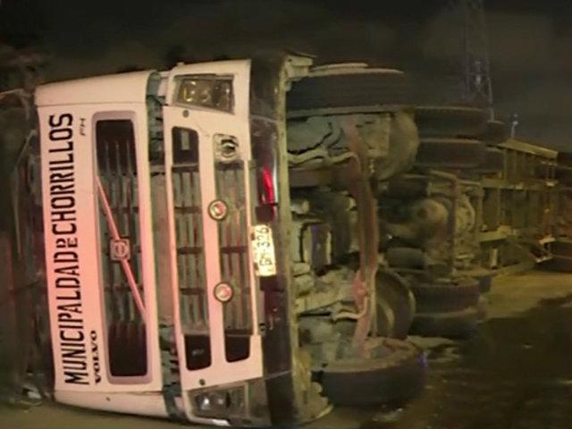 Chorrillos: tráiler termina volcado por evitar choque con auto