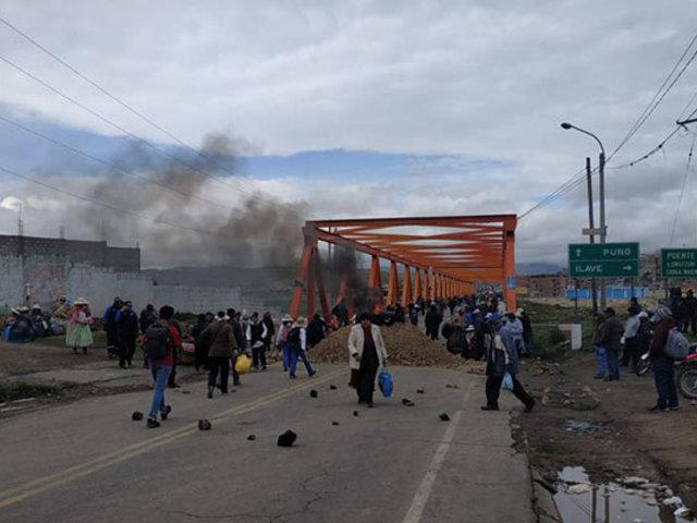Puno: bloquean puente exigiendo culminación de obras